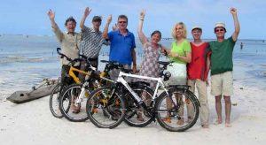 Fahrradgruppe am Strand von Sansibar