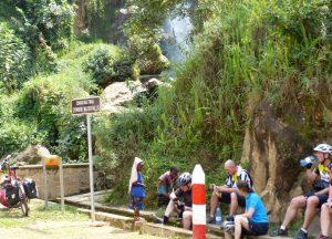 Reisebericht Fahrradtour Ruanda, Pause auf dem Congo Nile Trail beim Wasserfall