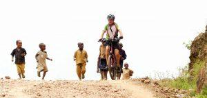 Reisebericht Fahrradtour Ruanda, Kinder sind immer wieder mal dabei